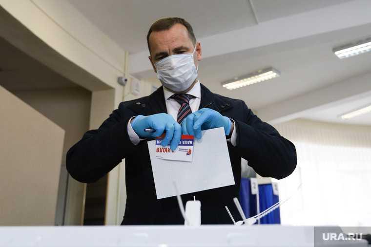 Губернатор Курганской области на голосовании по внесению поправок в Конституцию РФ. Курган.