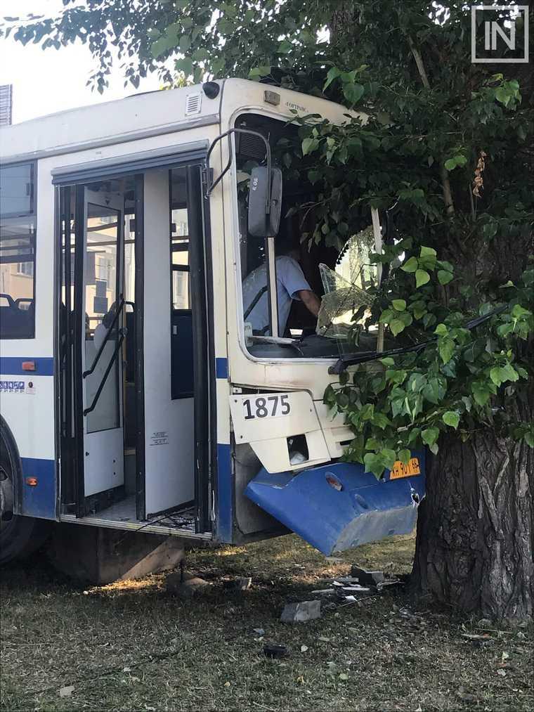 В центре Екатеринбурга маршрутный автобус врезался в дерево. ФОТО