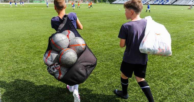 школьник собирал макулатуру на мячи для детских домов