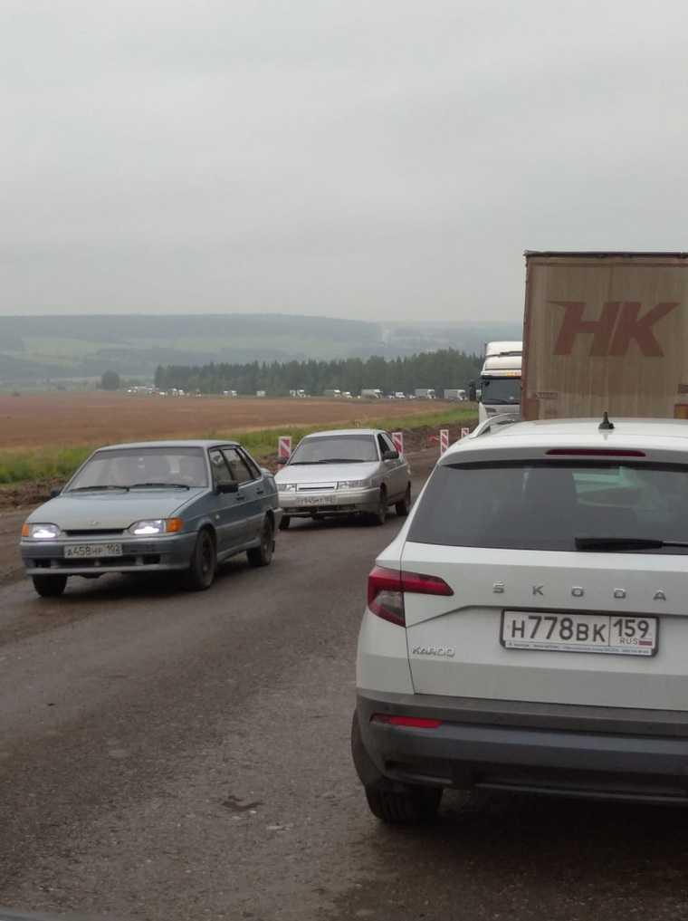 На трассе Пермь — Екатеринбург возникла многокилометровая пробка. «Стоит все в обе стороны»