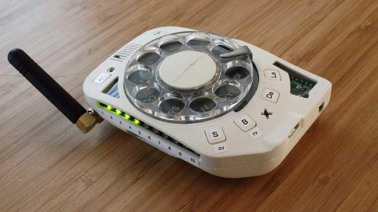 В продаже появился мобильник-конструктор с дисковым набором. Фото