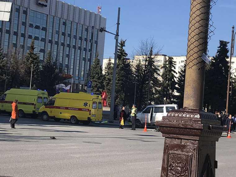 В центре Тюмени автомобиль вылетел на пешеходов. Пострадали пять человек. Фото
