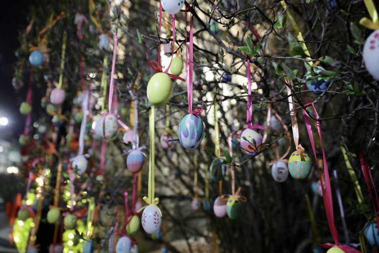 В Екатеринбурге появились пасхальные яйца из живых цветов
