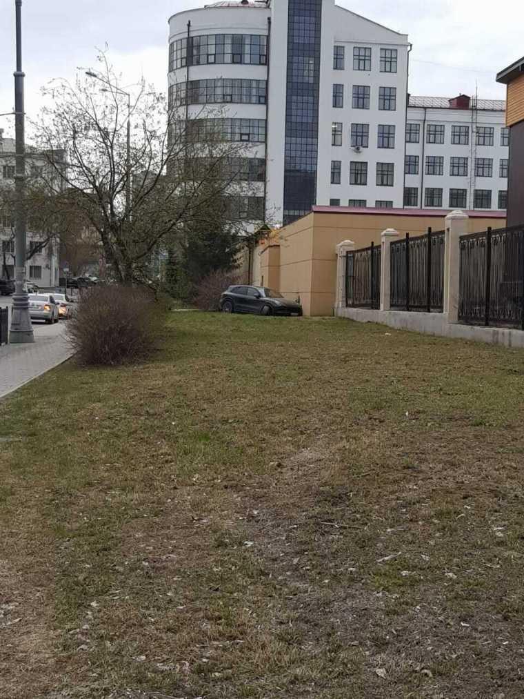 В свердловскую колонию врезался автомобиль. Фото