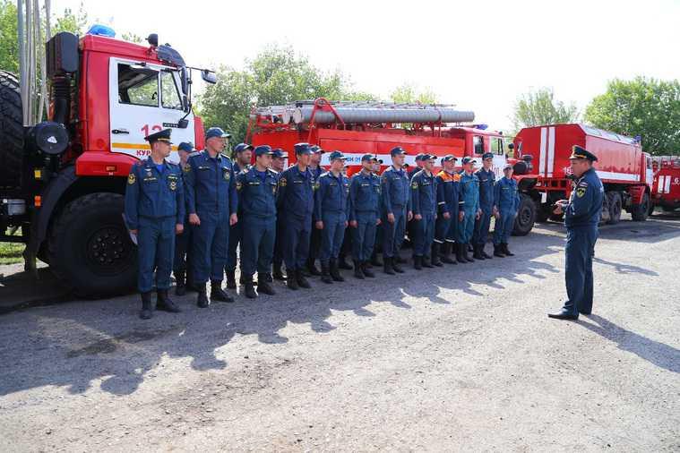 Курганских пожарных отправили на помощь Тюмени. Фото