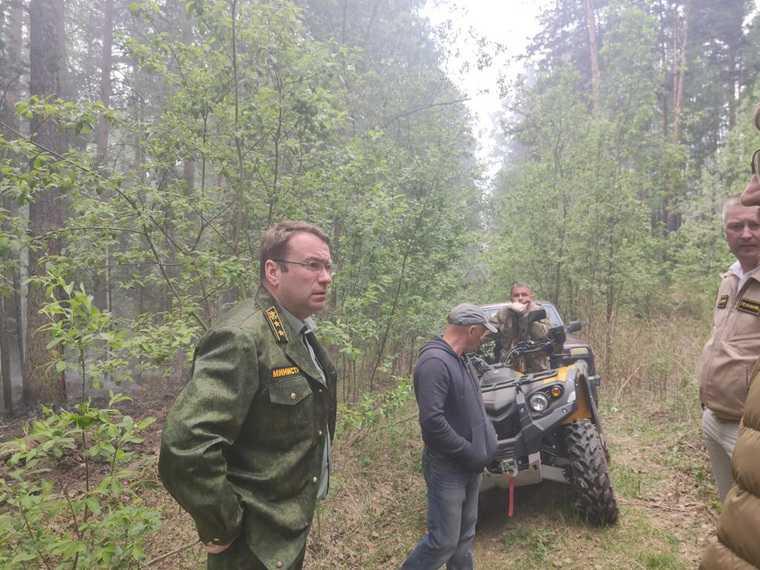 Свердловский губернатор отправил министра тушить пожары. Фото
