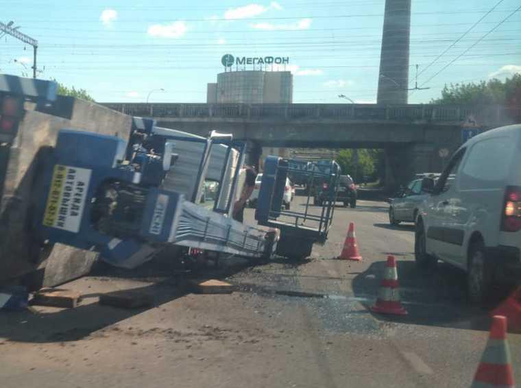 В Екатеринбурге перевернулся кран на перекрестке Малышева-Восточная