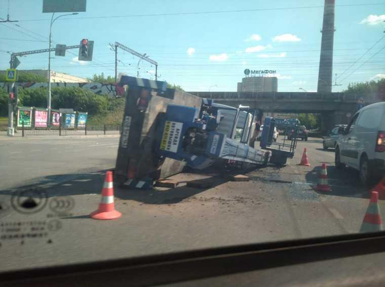 В Екатеринбурге опрокинулся кран. Фото