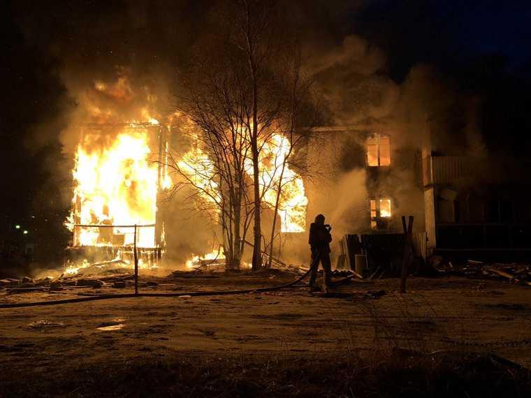 В крупном городе ЯНАО за одну ночь сгорело пять домов. Видео