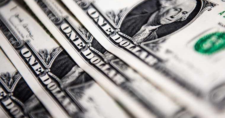 доллар упал впервые с 2020 года